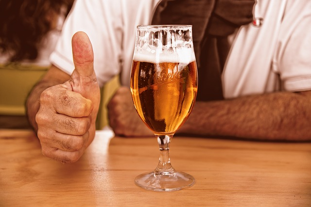 sklenice piva a palec nahoru.jpg