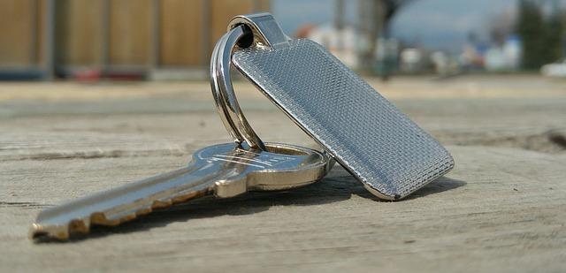 klíč se stříbrným přívěskem