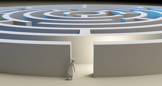 osoba stojící před labyrintem
